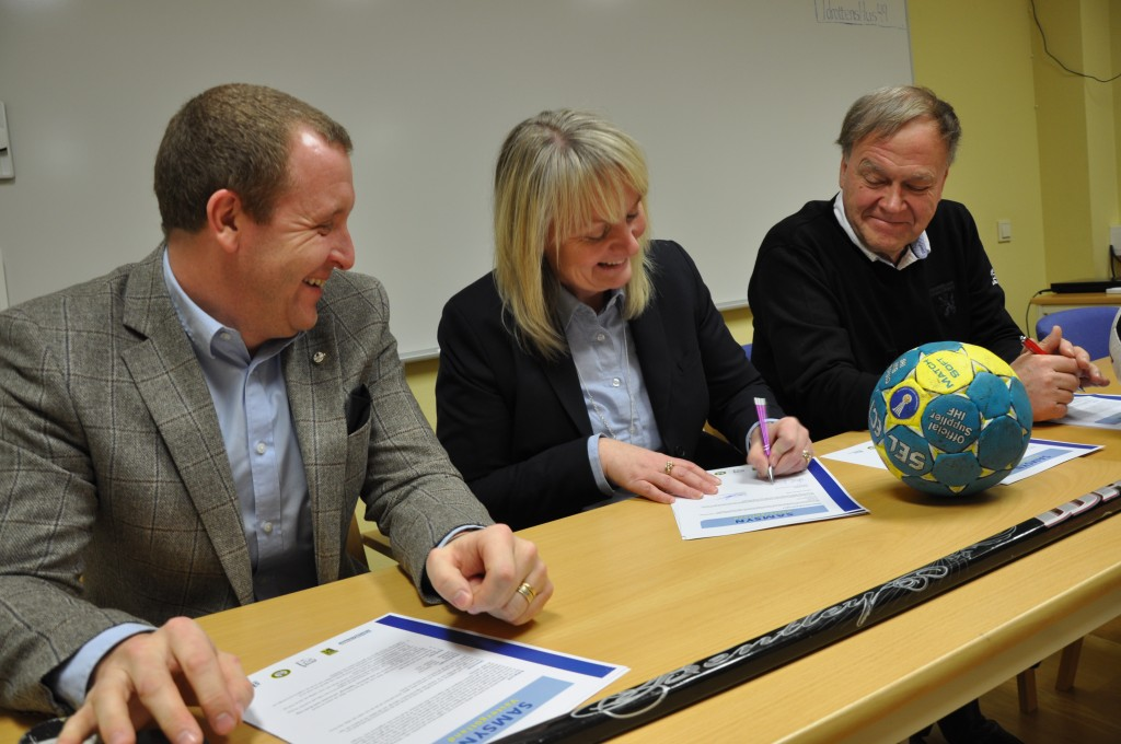 Det tre ordförandena för Västergötlands tre stora idrottsförbund skriver under samarbetet Samsyn Västergötland. Från vänster syns Jonas Sandberg (ishockey), Gunilla Flink (handboll) och Gerhard Sager (fotboll).