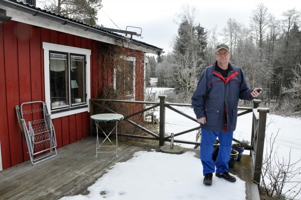 Här ute, vid yttersta kanten av altanen har Göran Lundberg i Agnetorp, Tidaholm, oftast mottagning. I dag får han internet via det fasta telefonnätet, som kopplas bort i november.