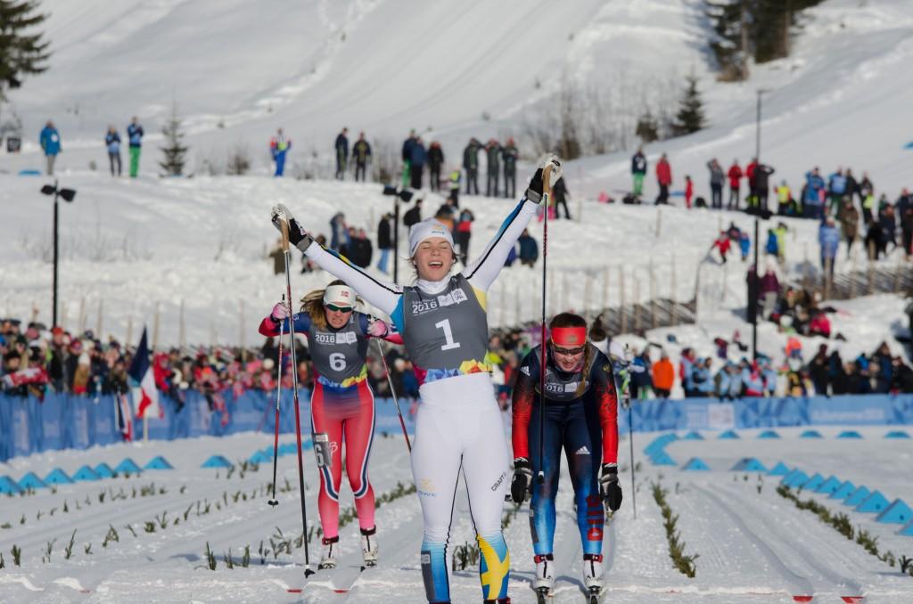 Johanna Hagström jublar efter segern i Ungdoms-OS i Lillehammer 2016. Nästa helg väntar nästa stora utmaning för Falköpings skidlöfte: Junior-VM i Schweiz. Foto: Sondre Aarholt Moan