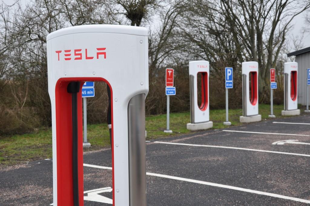 Det blir fler laddstolpar för elbilar i Vara. Idag finns Teslas stolpar i Jung. Men kommunen planerar nu för egna.