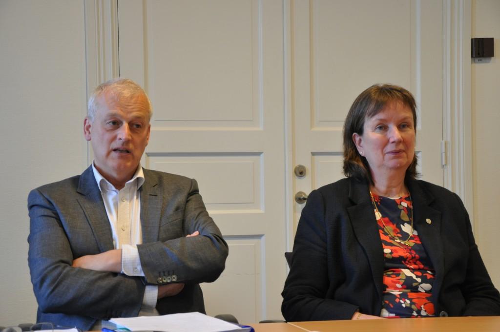 Högskolan i Skövde söker nu ny rektor efter Sigbritt Karlsson (till höger). Ordförande Urban Wass (till vänster) hoppas ha denne på plats i november.