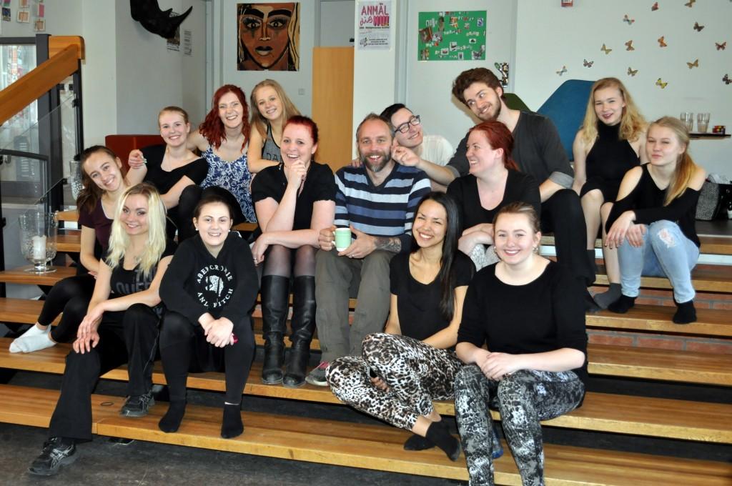 Årets folkbildarpris tilldelas gruppen Voices of Charity i Skövde, som arbetar med musikaler, julkonserter och andra arrangemang. På bilden Helena Sjöberg och Mathias Rönningsberg omgärdade av ungdomar vid en audition.