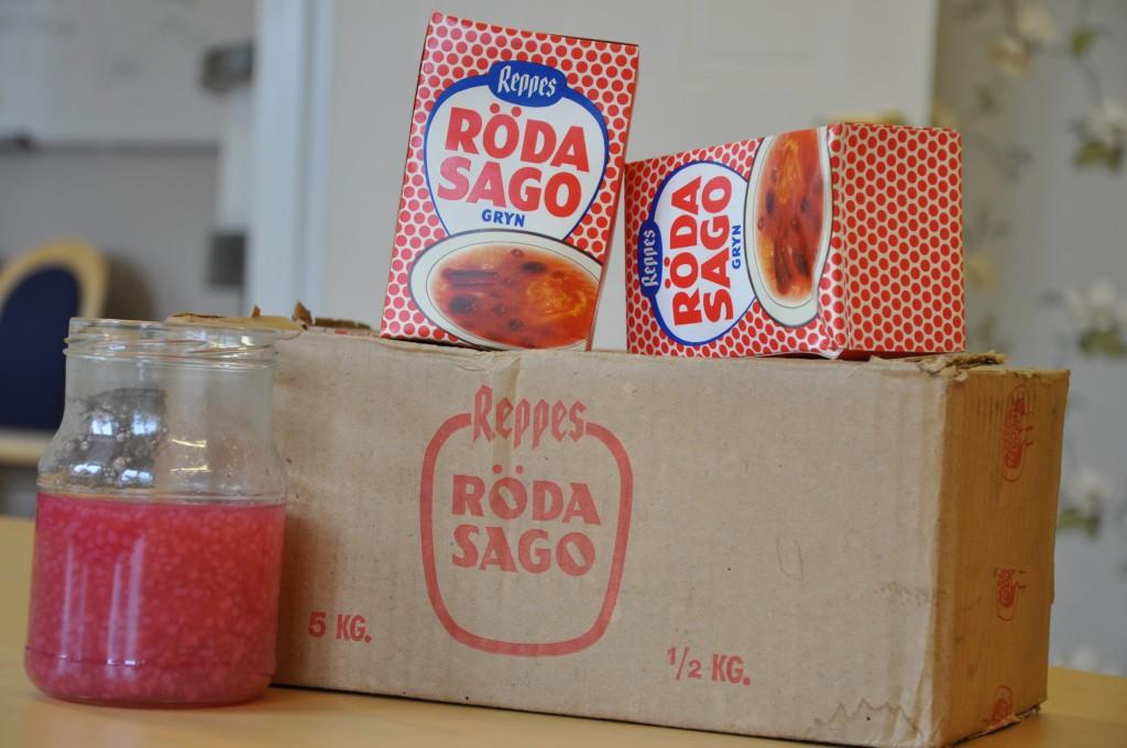 Cristina Andersson i Grästorp annonserade efter sagogryn och fick napp i Karlsborg. Helst hade hon velat bjuda äldre på en soppa de känner igen sedan lång tid tillbaka. Men nu kommer kartongerna placeras i ett nostalgiskt skåp.