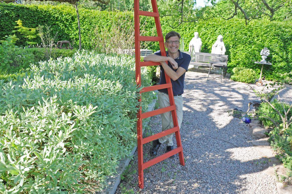 Hannu Sarenström är en av deltagarna i årets Vårrunda. Riktigt så här varmt och grönt är det inte ens på Kinnekulle så här års, men i väntan på sommaren välkomnar han besökare till sin trädgård under Vårrundan.