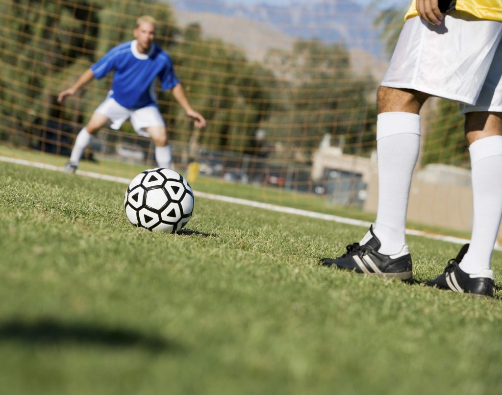 För att få fler att spela längre startar Västergötlands Fotbollförbund en motionsserie. De första matcherna spelas den här veckan. I morgon är det till exempel match mellan Varnhems IF och FC Corner.
