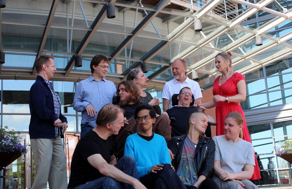 Här är gänget som skapar musikverket Projekt amplitud med premiär i Skövde. I veckan inleddes det kreativa arbetet på Göteborgsoperan. Lars Hjertner, en av de medverkande, sitter längst ned till vänster. Foto: Share Music Sweden