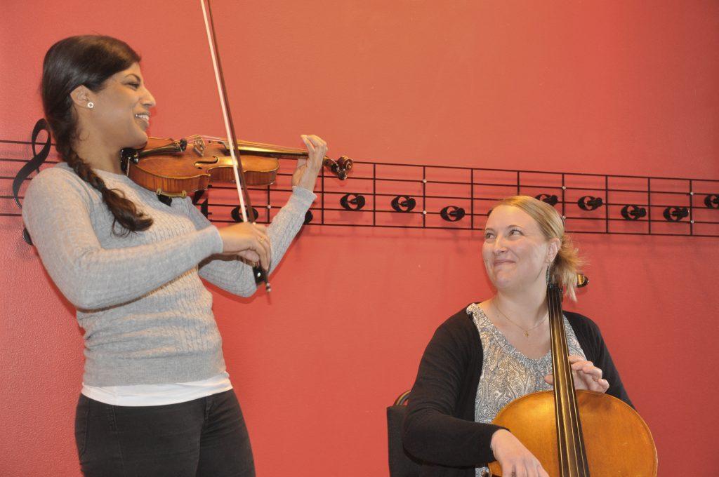 Lärarna Ida Gustavsson och Sofie Wingren har själva lärt sig spela genom suzukimetoden. Nu har de fortbildat sig och ska själva lära ut vid musikskolorna i Lidköping och Skara.