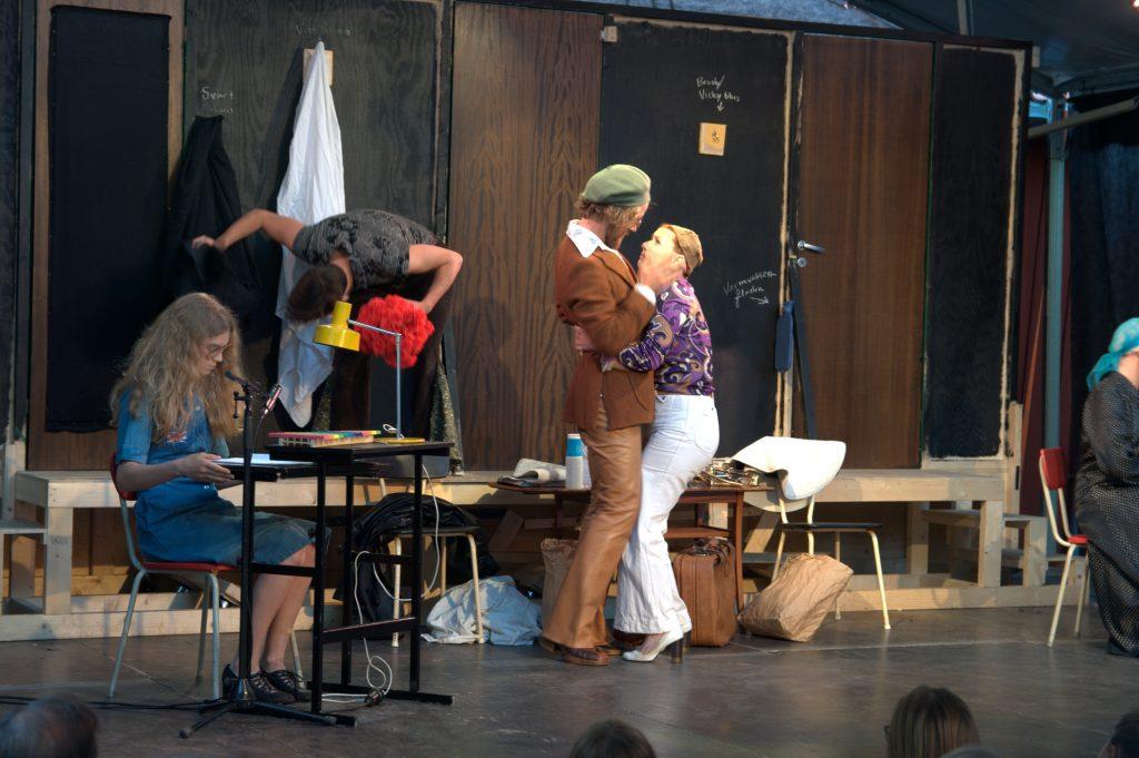 """: Michael Frayns """"Rampfeber"""" visar i andra akten hur skådespelarna har det bakom scenen, på andra sidan ridån. Cecilia Linderoth och de övriga i Charlies Teater tog sig an denna fars i fjol. I år blir det en ny brittisk sådan. Foto: Henrik Pihlblad"""