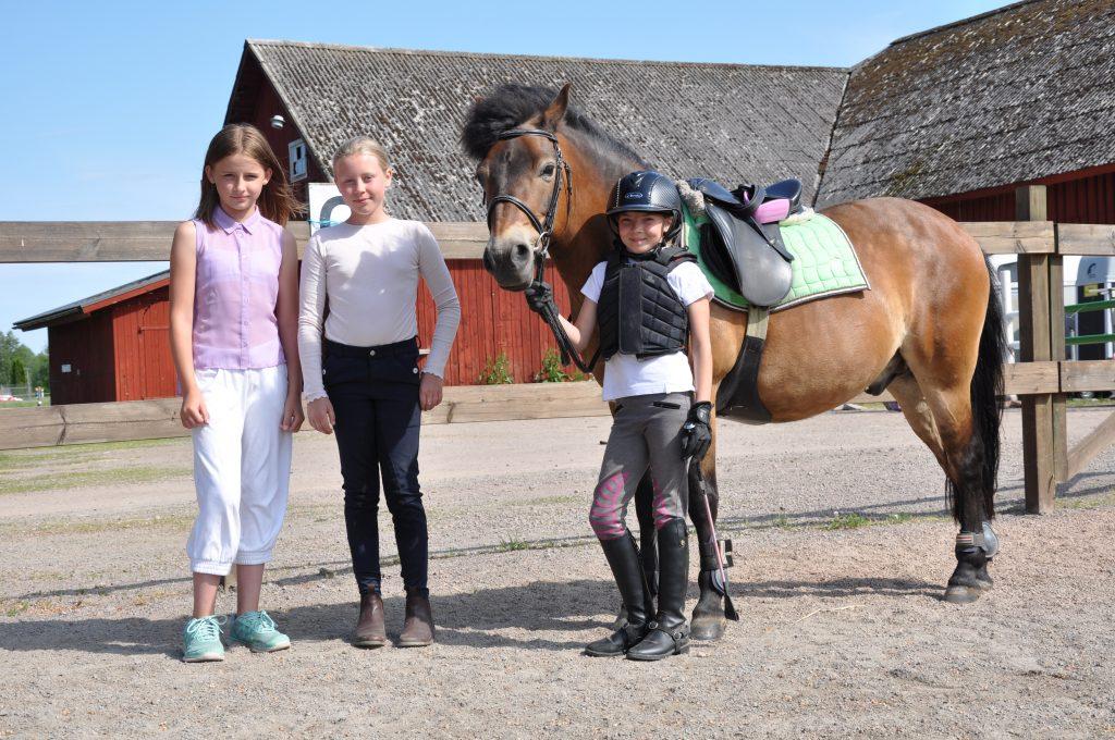 Alice Holmgren, 10 år, tävlar tillsammans med lagkamraterna Lisa Åberg, 12 år, och Alice Källström, 12 år.
