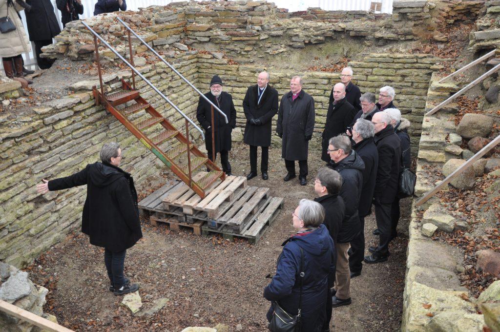 I januari samlades landets biskopar för att studera de unika lämningarna vid utgrävningarna i Varnhem. Foto: Fredrik Andersson