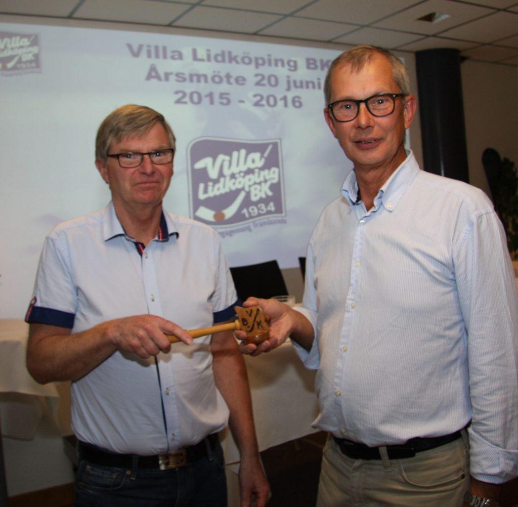 Rogher Selmosson till vänster tar över klubban från Anders Fredriksson.
