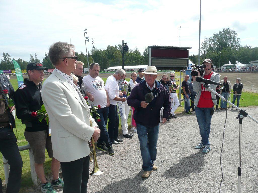 """Håkan """"Lillis"""" Olsson på väg mot ännu en segerintervju på Axevalla."""