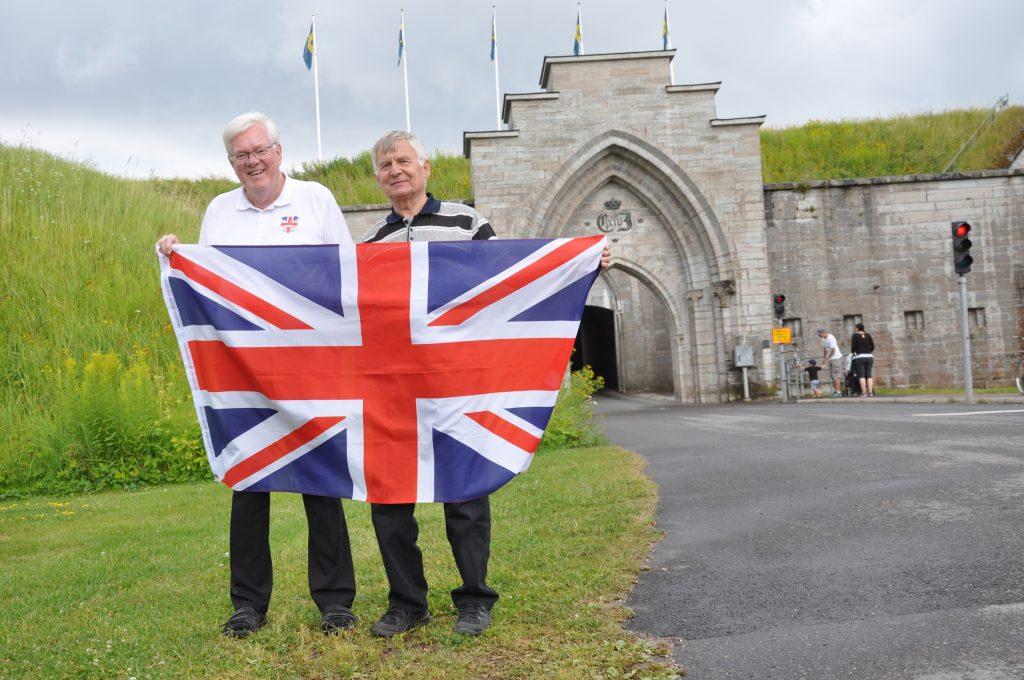 Hans Örtlund och Bill Wallin välkomnar britterna till Karlsborg.