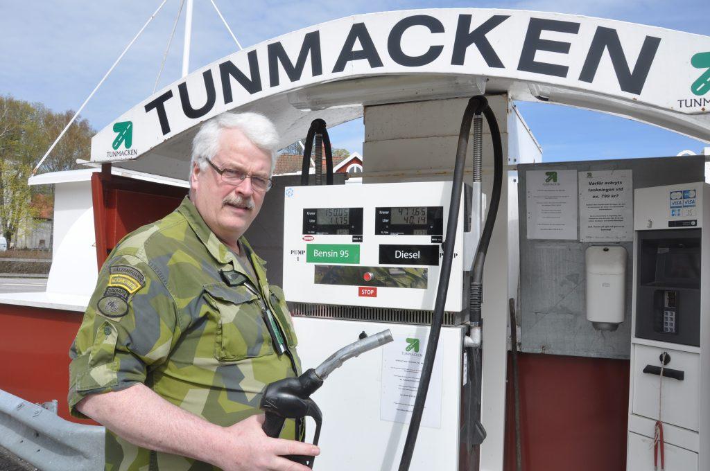 Tuns intresseförenings Clas-Göran Malm vid bensinmacken i Tun som intresseföreningen startade. Sedan dess har också affär med café tillkommit.