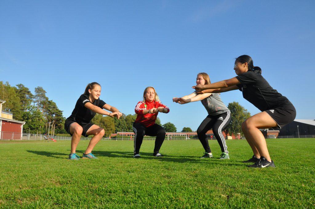 Fotbollsspelarna Hanna Lundmark, Isabelle Johansson, Jennie Önnermalm och Annika Nguyen i IK Gauthiod gör regelbundet styrkeövningar för att stärka muskulaturen kring knäna.