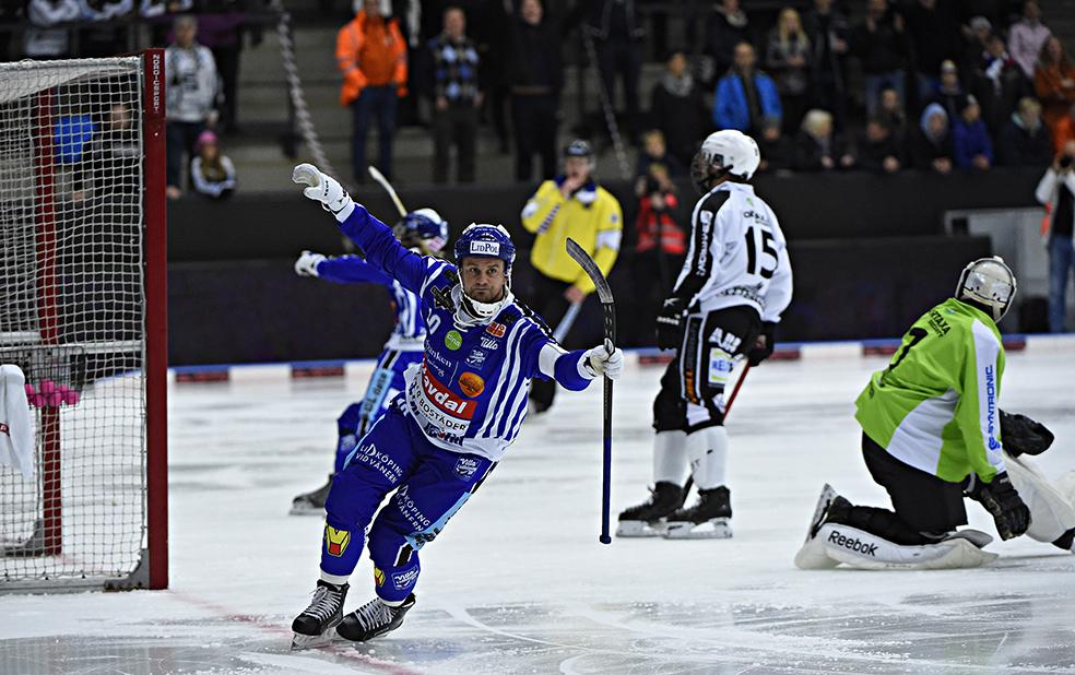 David Karlsson har precis gjort ett av sina fyra mål mot Sandviken. Foto: Team Fabbe/Sören