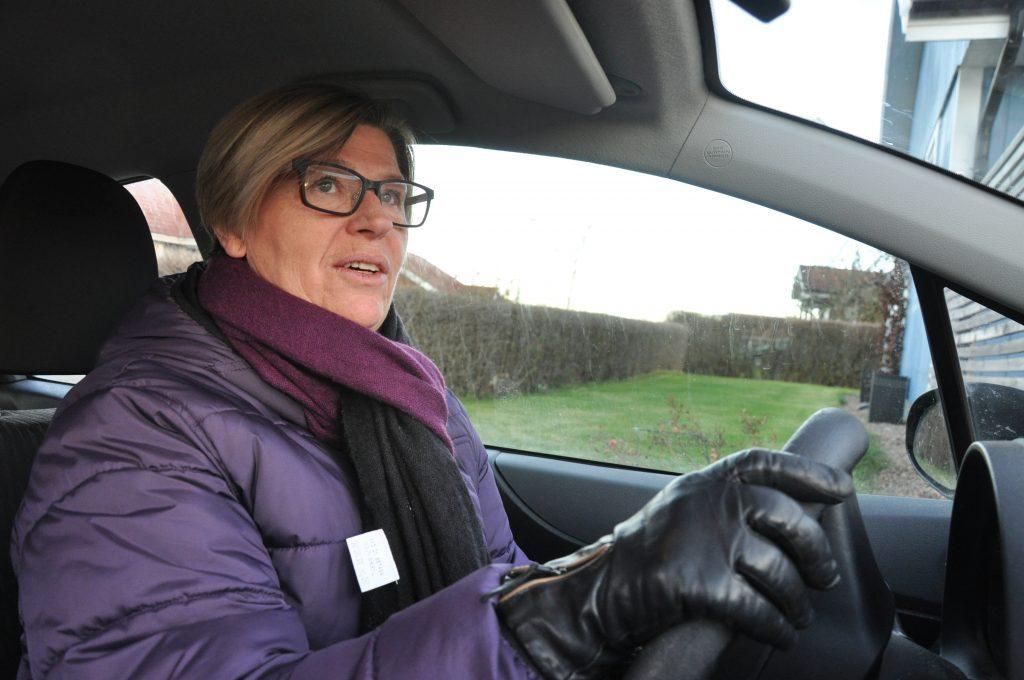Om det tar 15 eller 20 minuter från det att Ulla Hellberg backar ut från garageuppfarten i Varnhem till jobbet i Skövde, tycker hon inte spelar så stor roll. Däremot undrar hon hur Skövde tänker lösa trafiksituationen i framtiden om pendlingen fortsätter att öka. Redan i dag är det köer både vid in- och utresa.