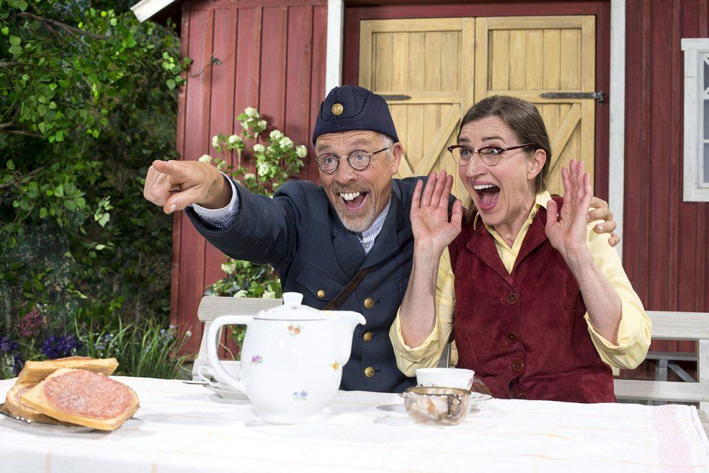 Jojje Jönsson som brevbäraren Dag-Otto Flink har varit med tidigare på scenen i Skara, men för Birte Heribertson är det första gången. I Jäkelskap i kikar´n går hon under namnet Ester Sköld.