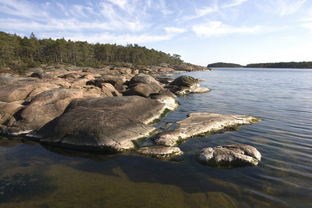 På Djurö lyser åter fyren.  Djurös 35 öar är obebodda och är en av Sveriges 29 nationalparker. Foto: Jan Grahn / IBL Bildbyrå
