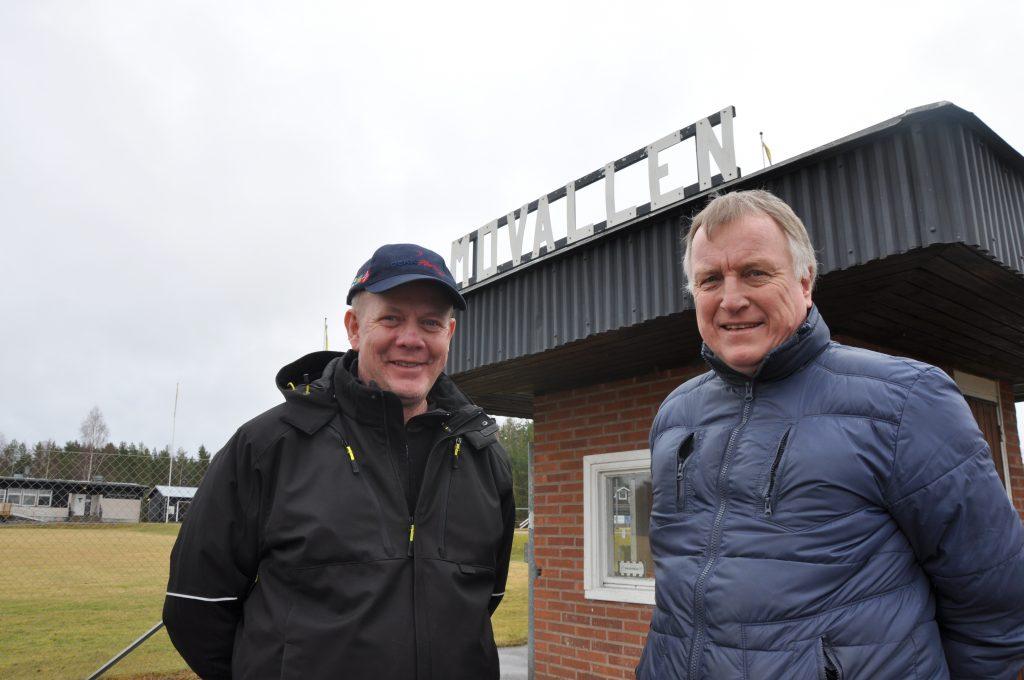 Jörgen Söderberg och Gunnar Hermansson vid Hova IF:s anläggning Movallen. På lördag får HIF ta emot priset som Årets landsbygdförening 2016 i samband med VFF:s distriktsmöte. Förutom äran får klubben även 10 000 kronor.