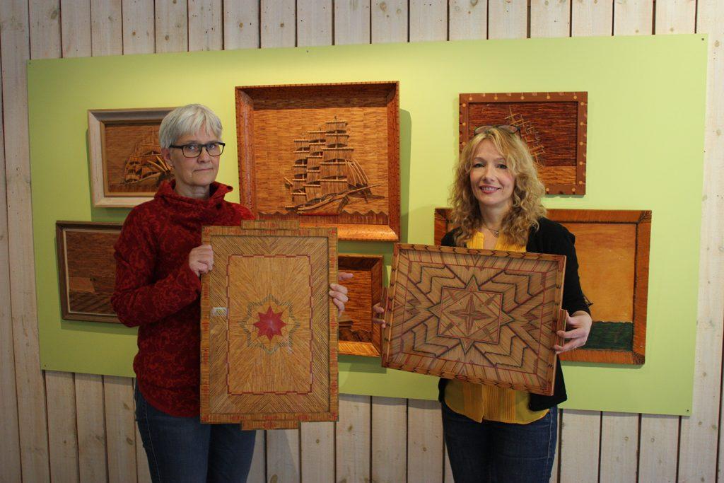 Lena Gyltman och Hanna Eklöf på Västergötlands museum visar några av verken på utställningen Matchmaking. Foto: Peter Holm, Västergötlands museum