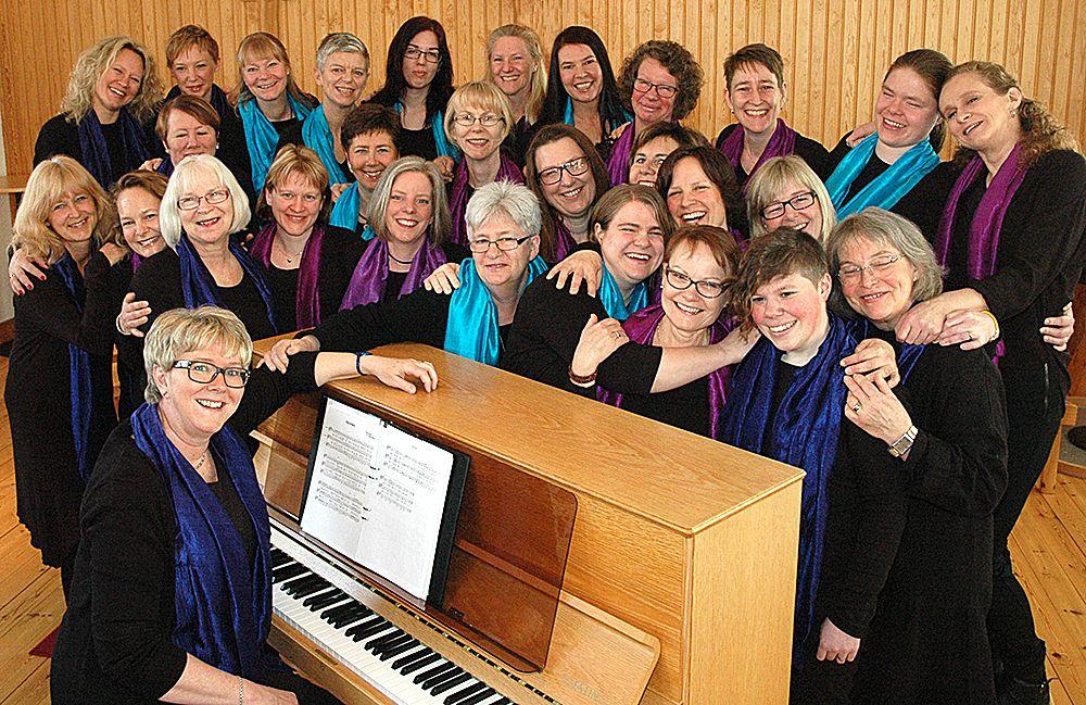Damkören Carmina sjunger Laleh i S:ta Helena kyrka.