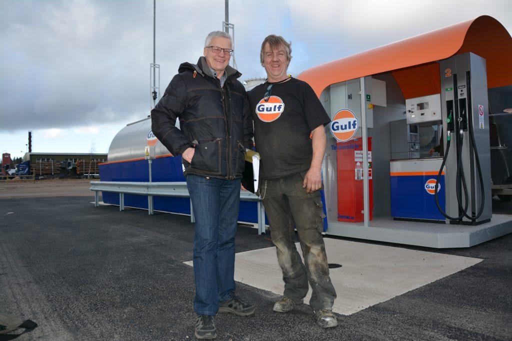 Lennart Lundgren och Björn Blomqvist är båda väldigt nöjda med att Timmersdala har en egen bensinstation även i framtiden.