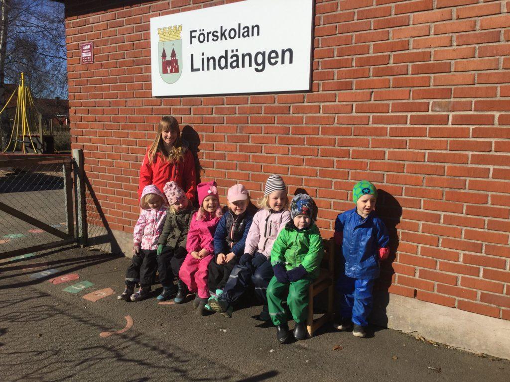 Förskollärare Ewa Czarnecka och förskolelever från avdelningen Fjärilen på Lindängens förskola.