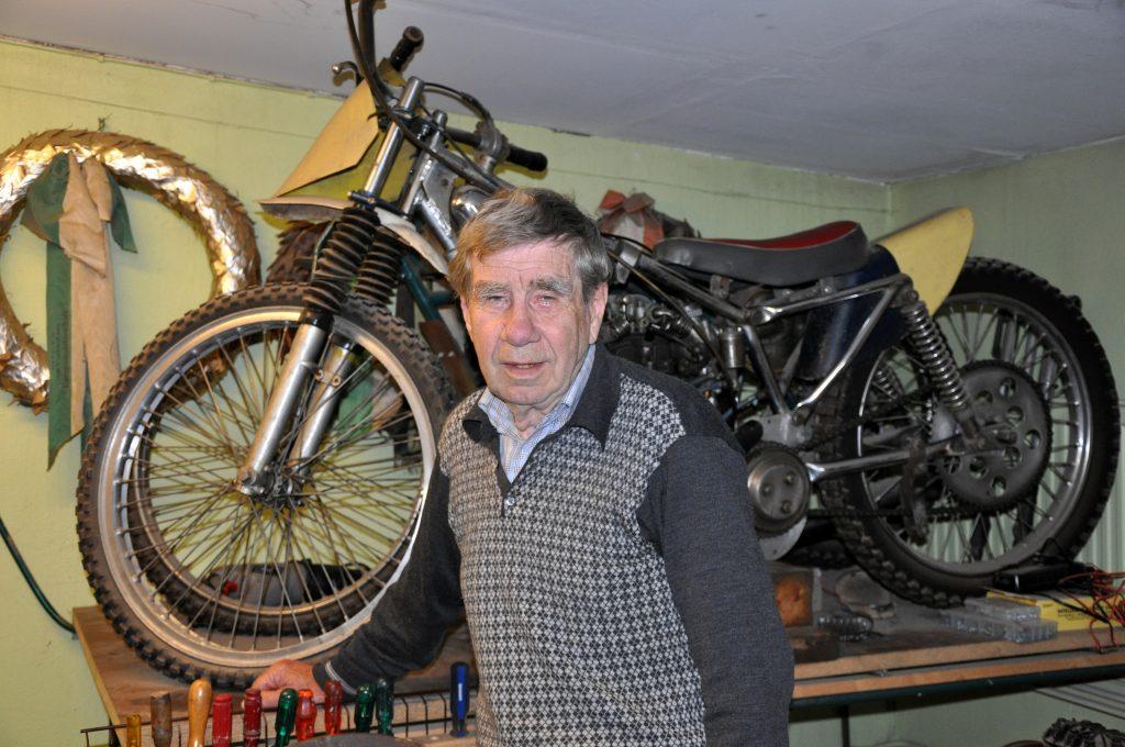 Bo Håkansson har haft flera fina motorcyklar under karriären. Två av dem har han kvar, bland annat en Jap 350 från 1947. Den närmast kameran är också en Jap, men 500. Ramen är från 1960-talet men motorn är från 1950-talet.