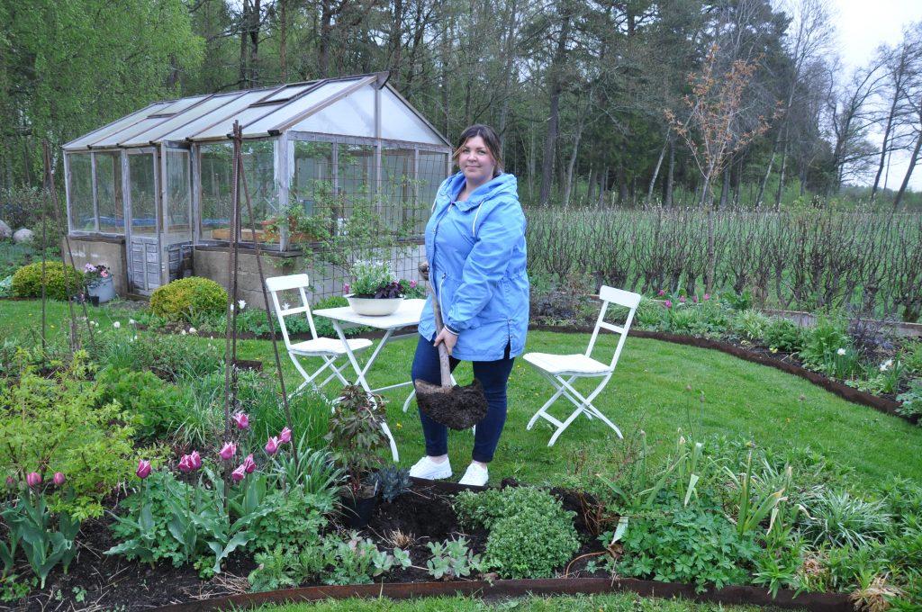 Ida Svensson i sin trädgård i Nossebro.