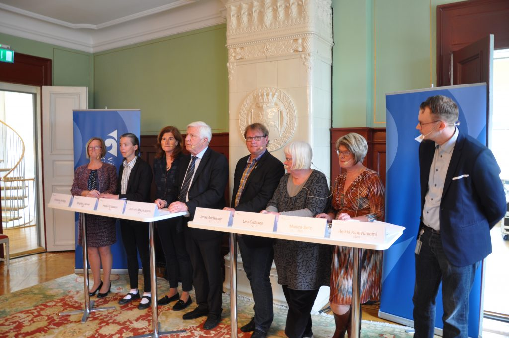 En unik samling. Åtta regionråd för regionens samtliga partier presenterar en gemensam inriktning av framtidens hälso- och sjukvård. Från vänster Kristina Jonäng (C), Birgitta Losman (MP), Helén Eliasson (S), Johnny Magnusson (M), Jonas Andersson (L), Eva Olofsson (V), Monica Selin (KD) och Heikki Klaavuniemi (SD).