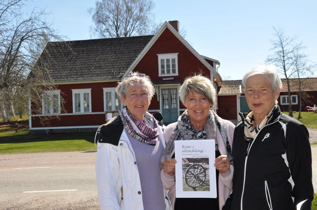 Isse Johansson, Nettan Johansson och Lisbeth Larsson hoppas att många kommer på fotoutställningen i Gravafors före detta Missionshus nästa helg.