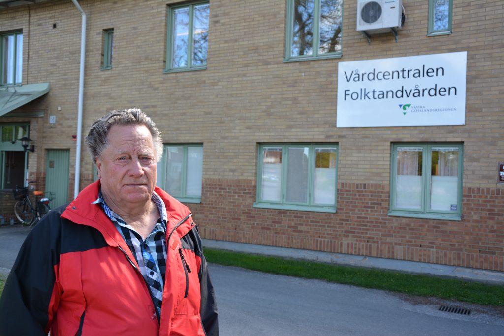 – Jag har precis varit inne på vårdcentralen och där pratar man om att det blir stafettläkare i sommar. Jag hoppas att det löser sig, säger Alf Brandström på väg från vårdcentralen i Stenstorp.  Flera läkare och sjuksköterskor har senaste tiden slutat vid vårdcentralen i Stenstorp.  Foto: Björn Johansson