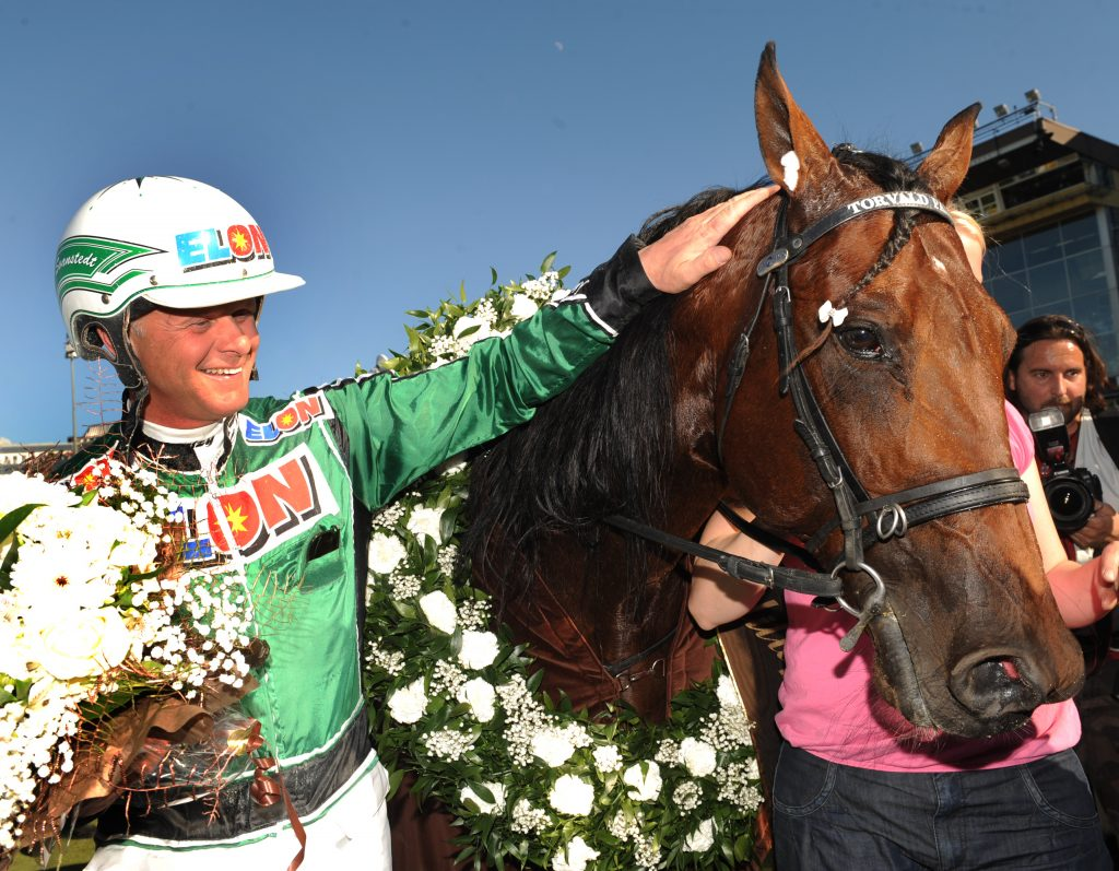 Åke Svanstedt och Torvald Palema efter segern i Elitloppet 2009. Foto: Lars Jakobsson, Kanal 75