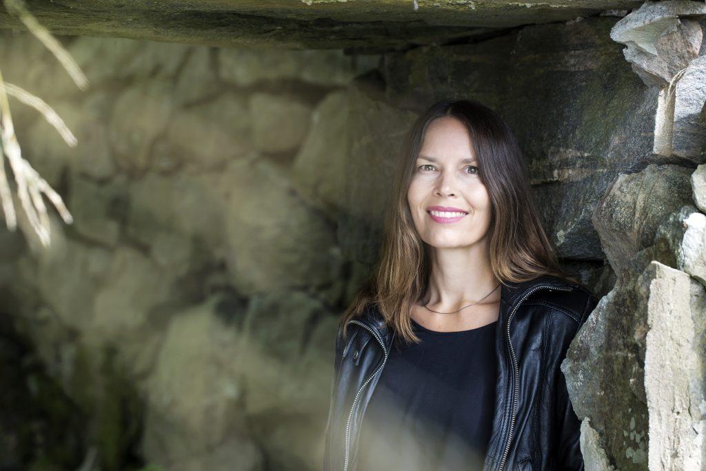 Lerumsbon Susanne Jansson är uppvuxen i Åmål. I ett Dalsland som hon längtar tillbaka till. Hennes debutroman är ett sätt att också få vara där. I fantasin.
