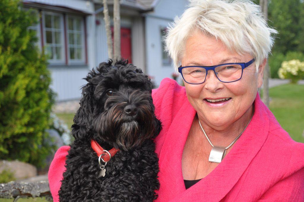 Eva Eriksson är ny ordförande för pensionärerna i SPF Seniorerna. Här med hunden Nilo utanför sitt hem i Tidaholm.