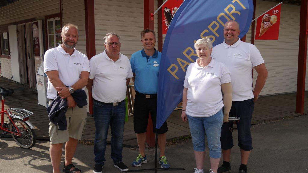 Västergötlands Parasportförbunds AU (vita tröjor) tillsammans med Rickard Bender ansvarig på Skara Sommarland. På bilden syns från vänster Michael Wickström, Roger Lindh, Rickard Bender, Margareta Greneheim och Christian Erlandsson.