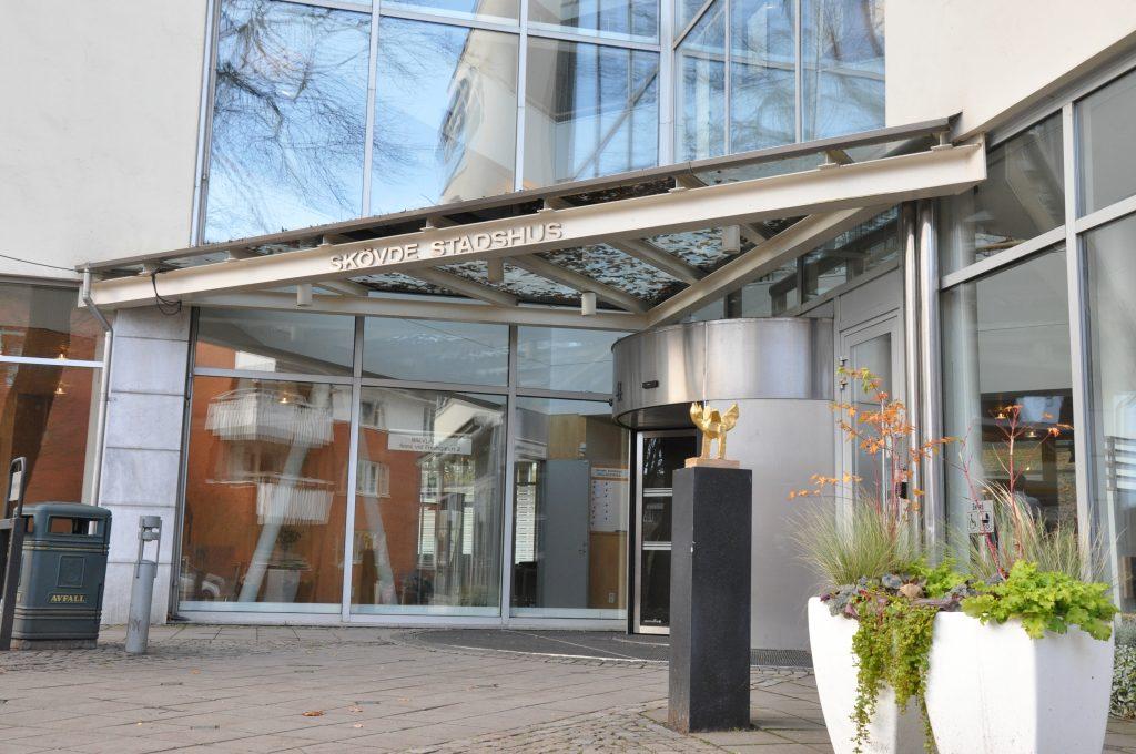 Skövde kommuns bostadsbolag Skövdebostäder blir utan sin ordförande då Johan Fogelberg (M) avgår.