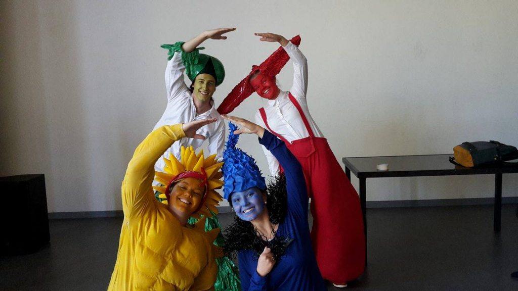 Utomjordingarna, eller schmackadoodlierna, spelas av Kajsa Larsson, Sofia Carlsson, Hampus Sandström och Linnea Eriksson.