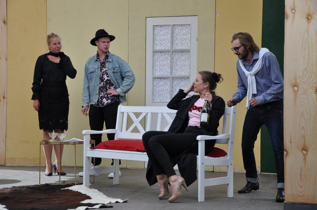 Flera av skådespelarna i årets föreställningar har varit med tidigare år. Men en hel del gör också sin debut. – Det är ett gôtt litet gäng, säger Johanna Ström, som för övrigt spelar en roll i farsen, om de 12 skådespelarna i Karlsson på taket.