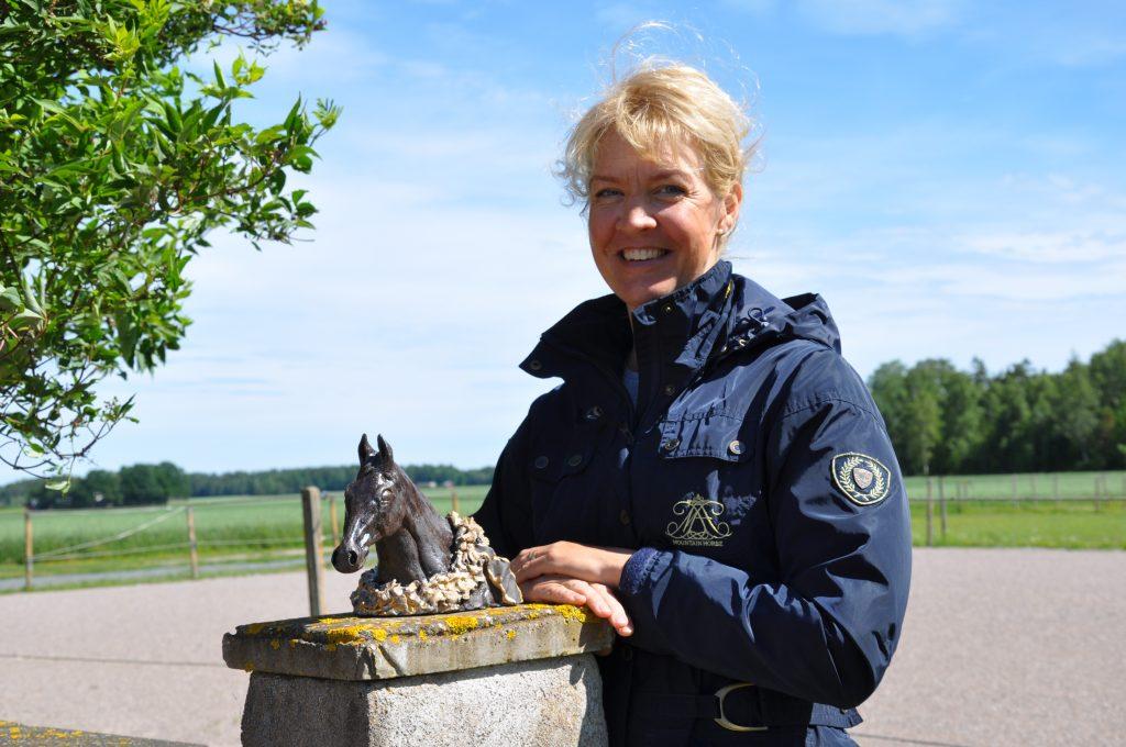 Lagerkrans och äkta guld kröner hederspriserna som Ingrid Uppström i Särestad skapad till vinnarna av Stochampionatet.