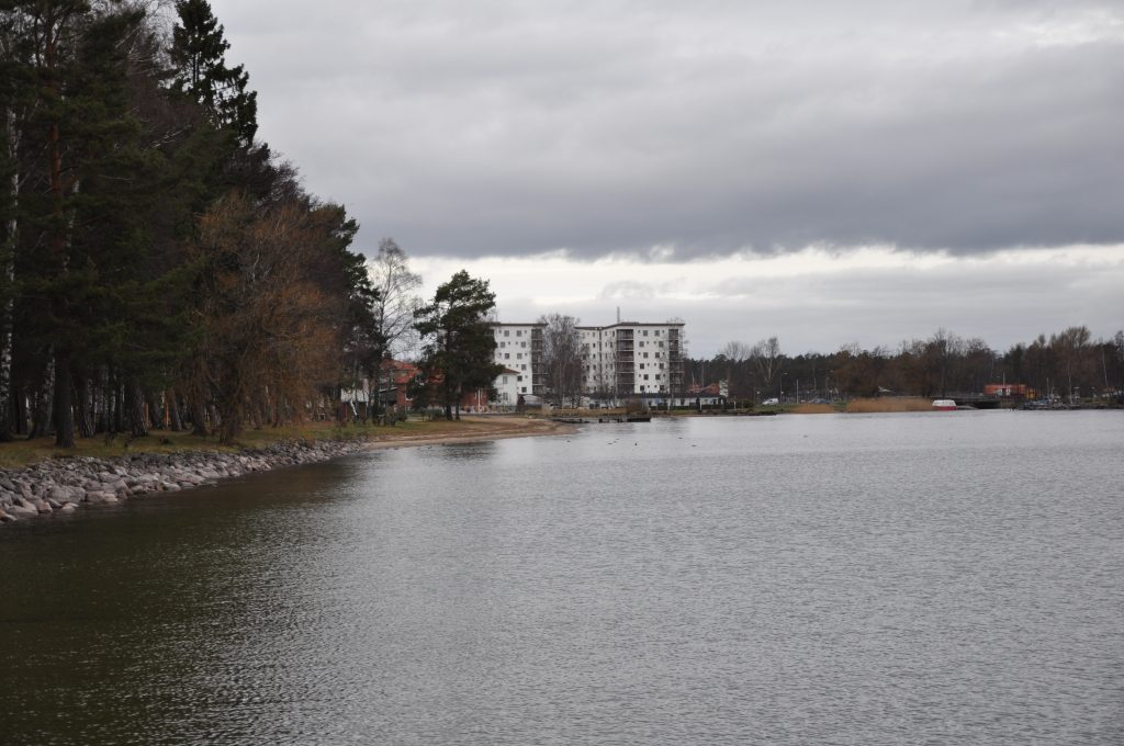 Vid Vättern i Karlsborg ligger Hotell Wettern.  Som mest har hotellet haft 200 asylsökande.