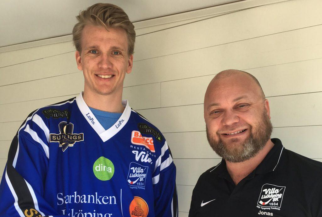 "Klubbchef Jonas ""Sparris"" Johansson kan hälsa Nikolai Jensen välkommen till Villa Lidköping BK."