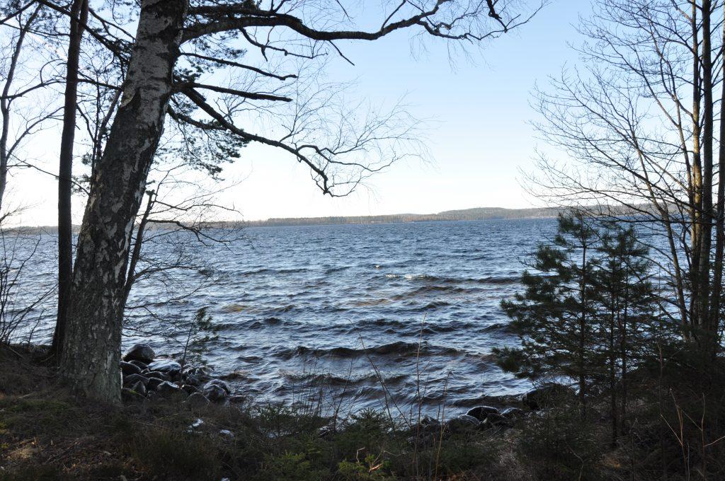 Sjön Unden är en känslig sjö. Det tar 30 år att omsätta vattnet i sjön. Det kan jämföras med de 6 år som vattnet omsätts i Vänern. Avrinningen från det område som gruvföretaget vill undersöka går till sjön Unden.