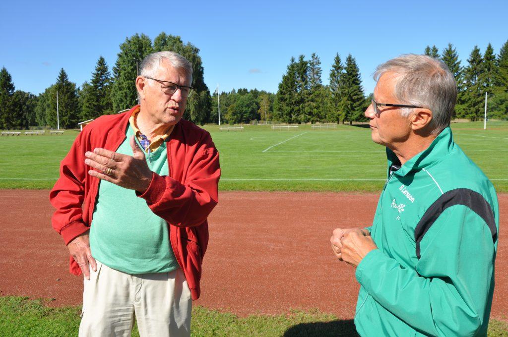 Stig Larsson (till höger) i Axvalls IF ger upp planerna på en marknad i år.