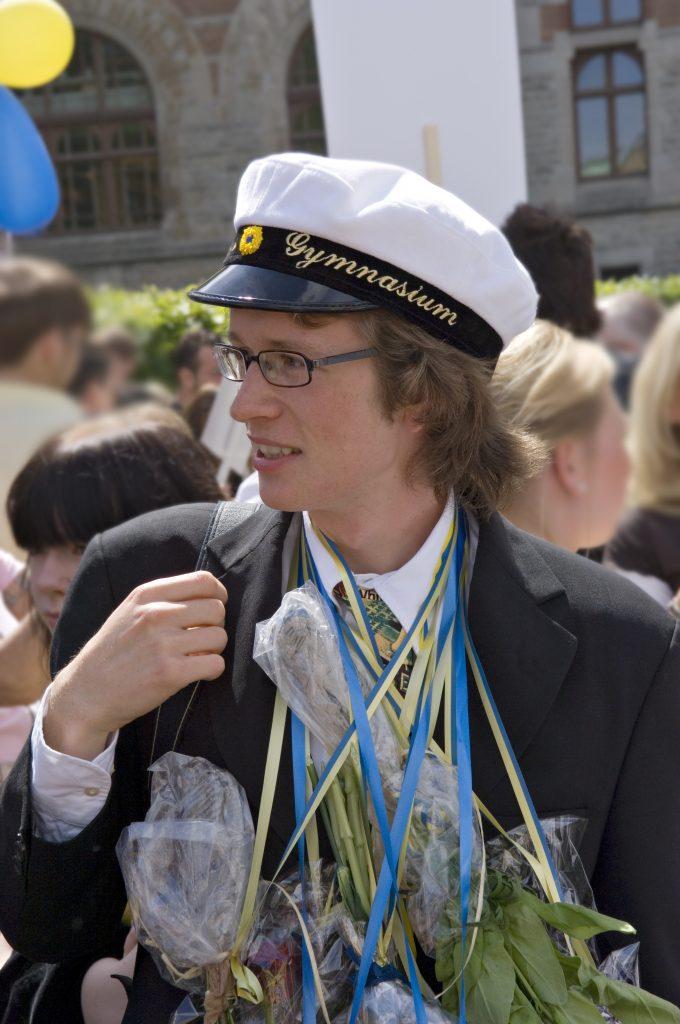 Kortege med gående studenter är framtidens modell i Skövde kommun. Nu stoppas lastbilskortegen.