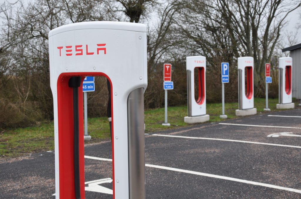 Vid Jung finns idag laddstolpar för elbilen Tesla. Cecilia Widegren (M) vill göra hela E20 till framtidsväg för elbilar.