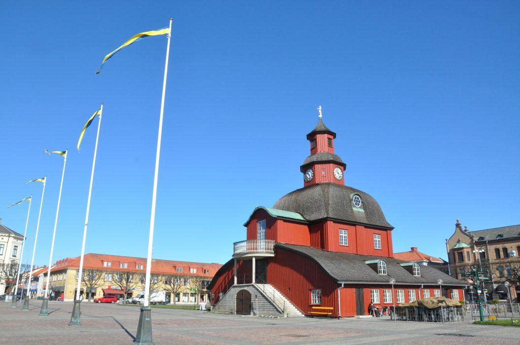 Ett kuvert med ett knivliknande föremål och någon form av pulver har skickats till kommunhuset i Lidköping.