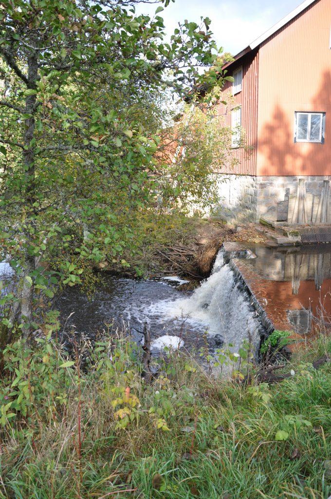 En ägare till ett litet vattenkraftverk i Jämtland slipper riva ut sitt minikraftverk. Det står klart sedan högsta juridiska instans gett ägaren rätt mot länsstyrelsen. Fotot är dock taget vid damm i Nossan i Skaraborg.