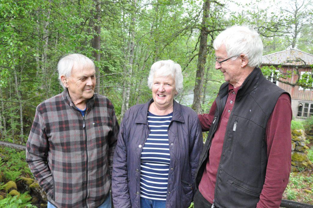 Ingemar Stenström, Ulla Carlsson och Göran Hartman, Tived, får stöd av kommunstyrelserna i Laxå och Askersunds kommuner för att skydda Bergvattnets damm.